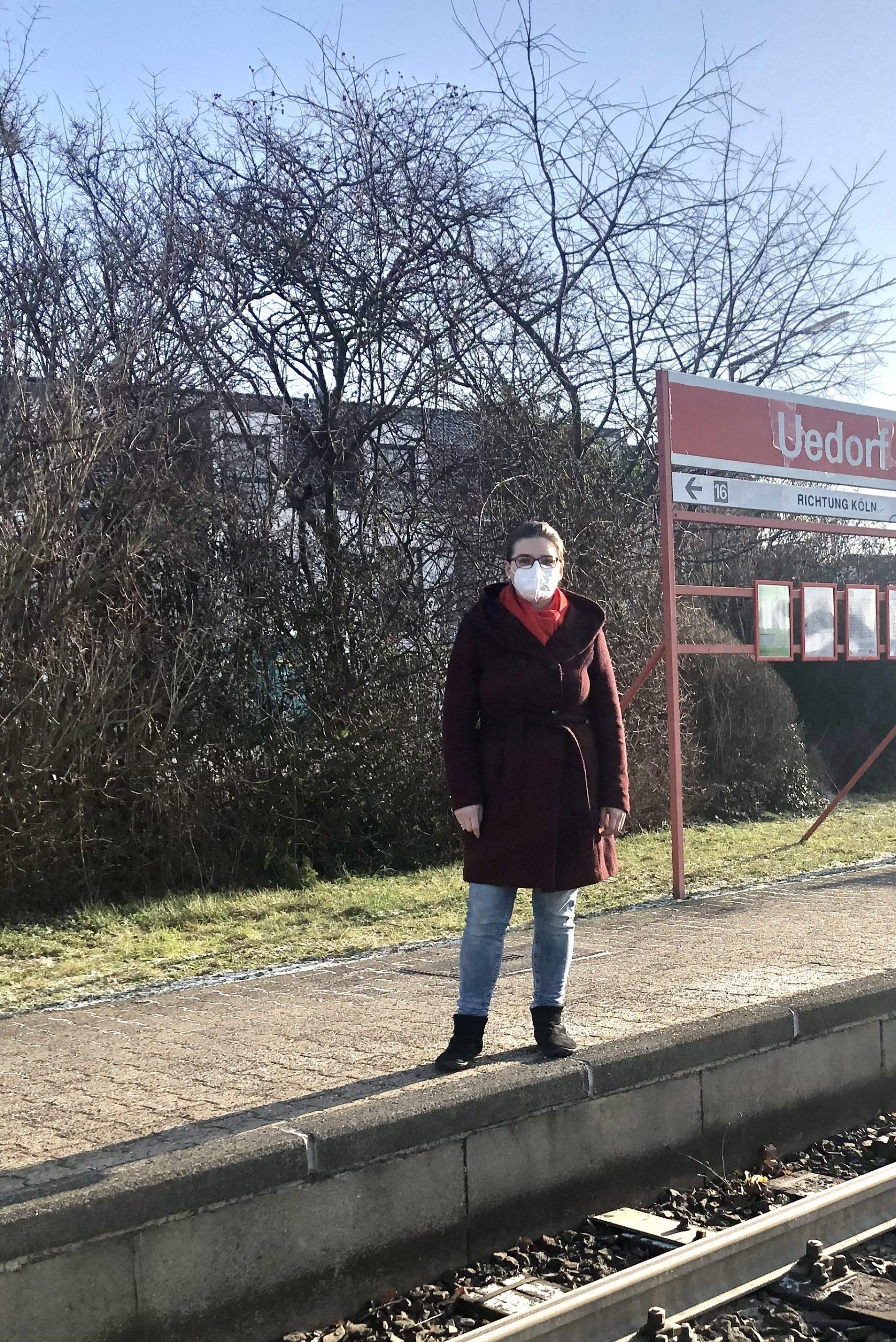 Kreistagsmitglied Katharina Blank vor dem Haltepunkt Uedorf